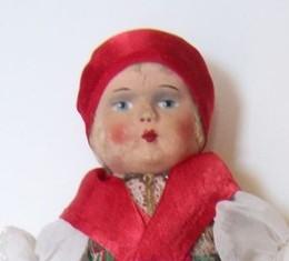 Viseletbe öltöztetett játékbabával gazdagodott a múzeum