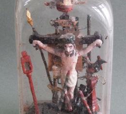 Jézus kereszthalálát ábrázolja az 1884-es türelemüveg
